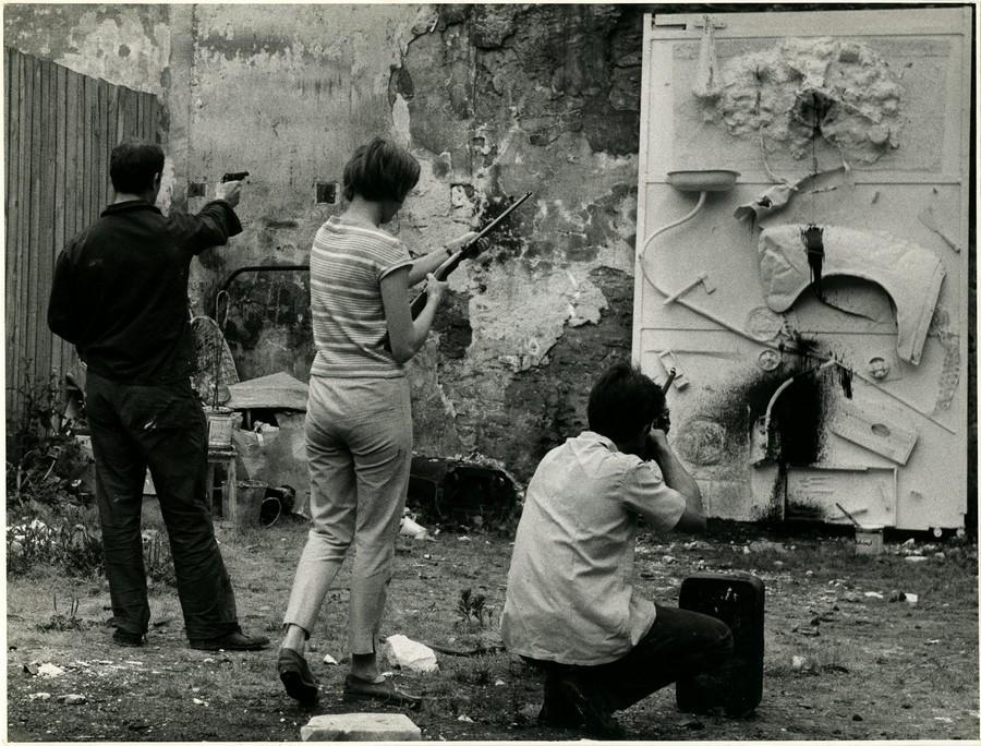 Niki de Saint Phalle (1930-2002) Tir, 1961 Plâtre, peinture, métal et objets divers sur de l'aggloméré 175 x 80 cm Centre Pompidou Photographies des happenings réalisés en public.