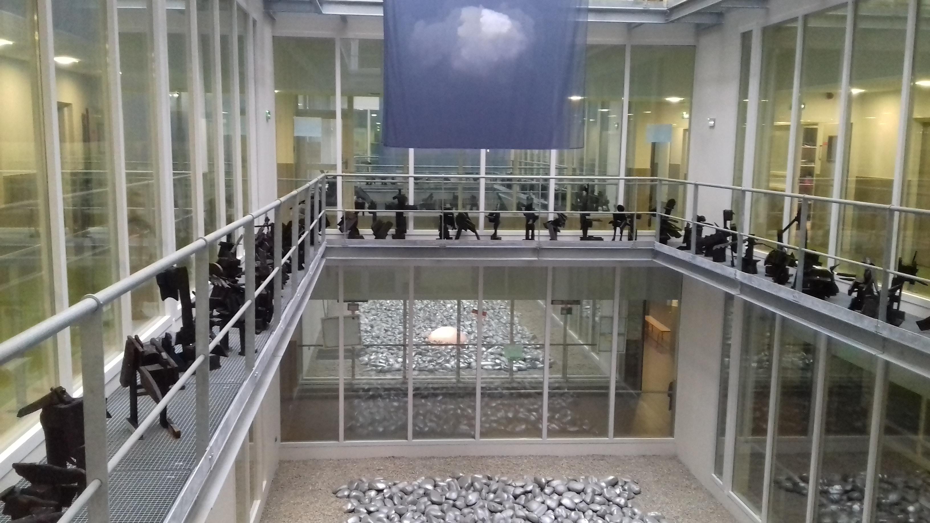 Population dans les coursives de l'atrium