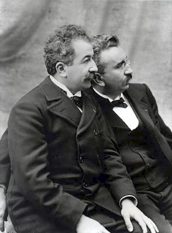 4a 1895 Auguste et Louis Lumière deux ingénieurs français nés à Besançon