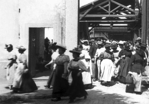 4ab La sorite des ouvriers de l'usine Lumière est le premier court-métrage diffusé une vue de 50 seconde car 17 mètre maxi de bobine la vie quotidienne